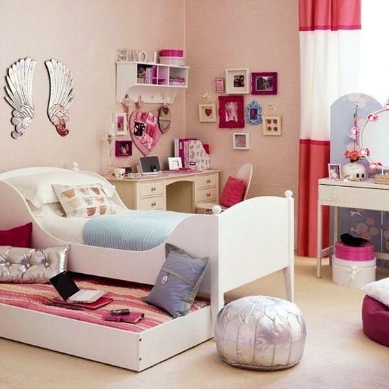 Интересно решенное гостевое спальное место задвигаемое под кровать. Оно может служить диванчиком в детской