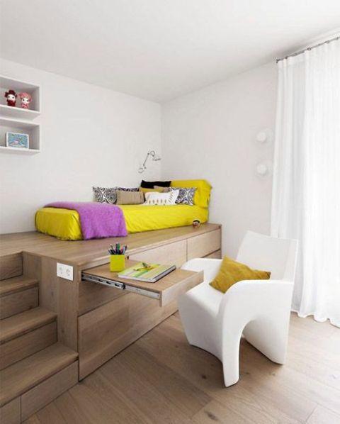 Современная детская в стиле минимализм со спальной частью на подиуме.