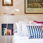 Изголовье кровати проходит вдоль всей стены и включает в себя ниши для книг и довольно широкую полку сверху.