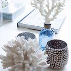 Корраловый декор декор на журнальных столиках добавляет легкого летнего настроения.
