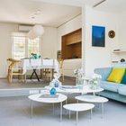 Помещения дома равномерными ступенями спускаются к террасе. (архитектура,дизайн,экстерьер,интерьер,дизайн интерьера,мебель,минимализм,гостиная,дизайн гостиной,интерьер гостиной,мебель для гостиной,столовая,дизайн столовой,интерьер столовой,мебель для столовой,кухня,дизайн кухни,интерьер кухни,кухонная мебель,мебель для кухни,современный)
