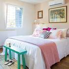 В спальне кровать занимает центральное место. Декор в розовых тонах добавляет спальне женственности. (архитектура,дизайн,экстерьер,интерьер,дизайн интерьера,мебель,минимализм,спальня,дизайн спальни,интерьер спальни,современный,средиземноморский,средиземноморский интерьер,средиземноморский дом,средиземноморский стиль)