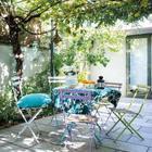 Жизнерадостная летняя столовая на открытом воздухе. (архитектура,дизайн,экстерьер,интерьер,дизайн интерьера,мебель,минимализм,на открытом воздухе,патио,балкон,терраса,современный)