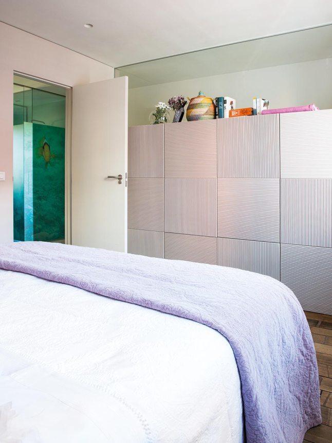 Изюминкой гардероба в спальне являются сетчатые двери с чередующимися вертикальными и горизонтальными щелями.
