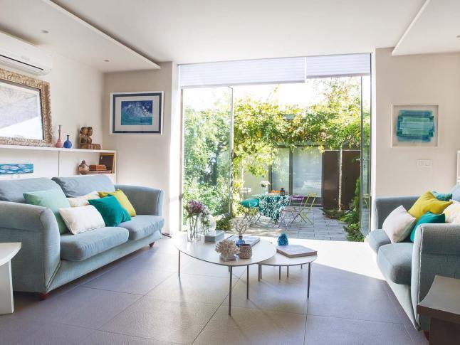 Кофейные столикисо скругленными углами в центре гостиной, по задумке дизайнера, должны смягчить интерьер.