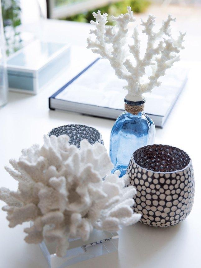 Корраловый декор декор на журнальных столиках добавляет легкого летнего настроения