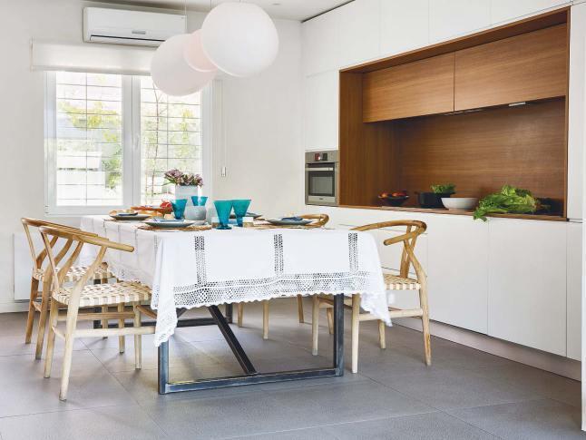 Кухня расположена в нише и не привлекает к себе лишнего внимания в общем жилом пространстве
