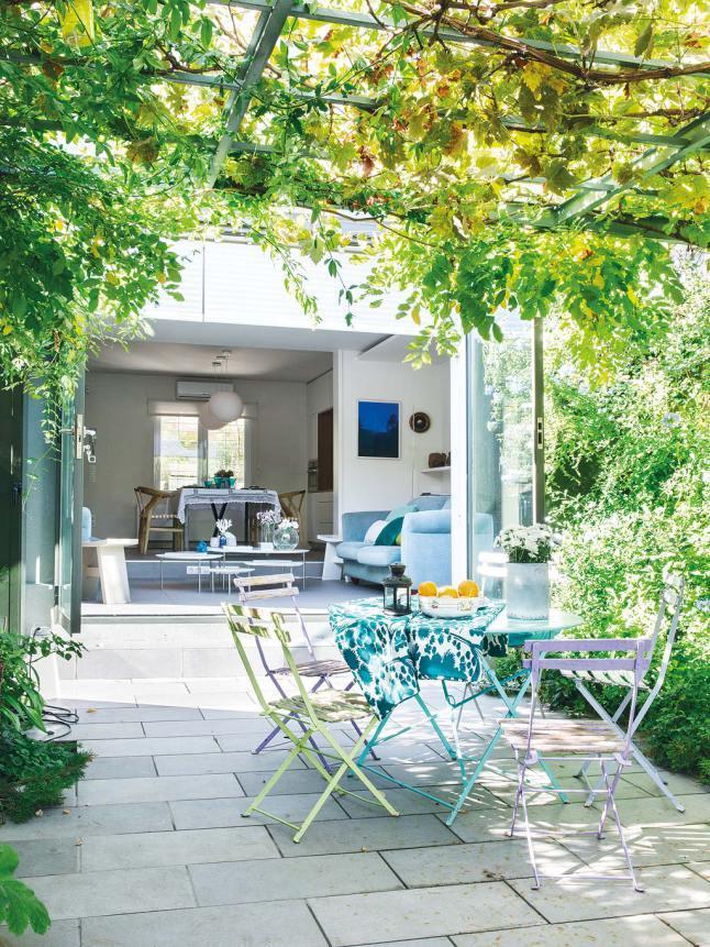 После реконструкции дом просвечивается насквозь, а широкие стеклянные двери обеспечивают связь гостиной и столовой с двором.