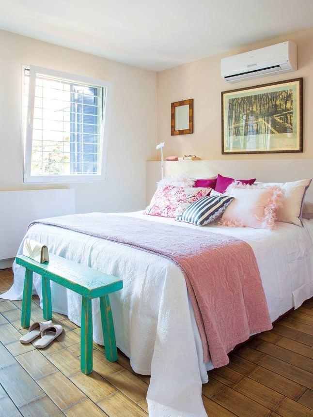 В спальне кровать занимает центральное место. Декор в розовых тонах добавляет спальне женственности