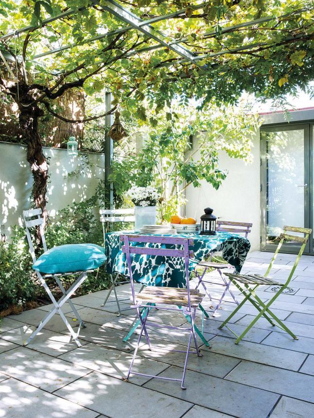 Жизнерадостная летняя столовая на открытом воздухе.