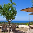 Панорамный вид на море и окрестности делают этот дом на склоне весьма привлекательным для летнего отдыха.