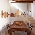 Простая столовая с бетонными полированными полами, как во всем доме. (архитектура,дизайн,экстерьер,мебель,интерьер,дизайн интерьера,средиземноморский,столовая,дизайн столовой,интерьер столовой,мебель для столовой,лестница)