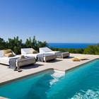 Терраса у бассейна с видом на море.