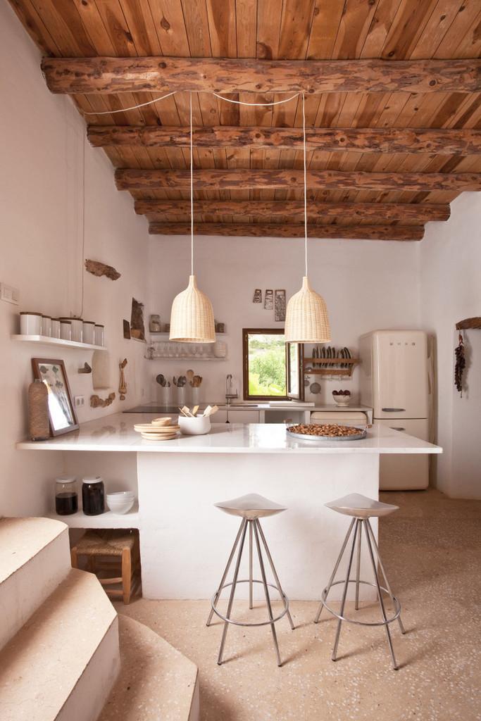 Кухня достаточно современная, однако отлично вписалась простой средиземноморский, немного рустикальный стиль дома.