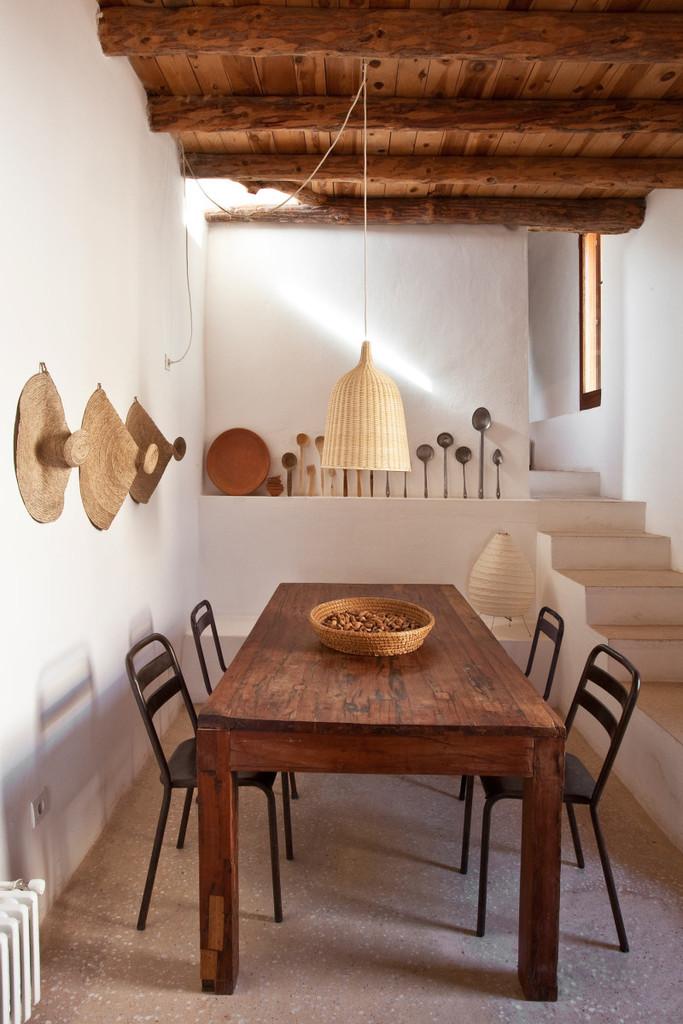 Простая столовая с бетонными полированными полами, как во всем доме.