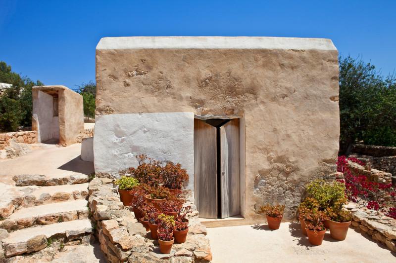 Старая глиняная штукатурка на фасадах дома и строений.