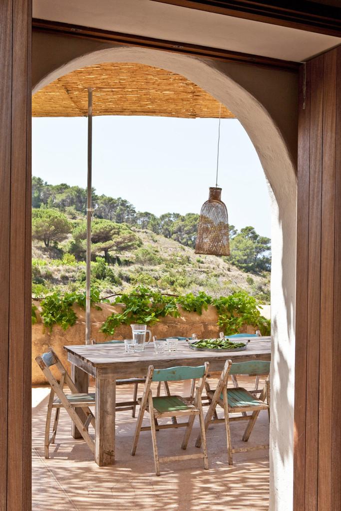 Столовая на открытом воздухе расположена в непосредственной близости от кухни.