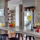 Бетонная столешница кухонного острова служит обеденным столом.