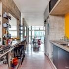 Благодаря отсутствию перегородок свет проходит сквозь все помещения. (брутализм,индустриальный,лофт,винтаж,стиль лофт,индустриальный стиль,1950-70е,середина 20-го века,интерьер,дизайн интерьера,мебель,архитектура,дизайн,экстерьер,квартиры,апартаменты,кухня,дизайн кухни,интерьер кухни,кухонная мебель,мебель для кухни,столовая,дизайн столовой,интерьер столовой,мебель для столовой)