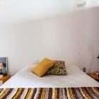 Хозяйская спальня выдержана в общем стиле квартиры. (брутализм,индустриальный,лофт,винтаж,стиль лофт,индустриальный стиль,1950-70е,середина 20-го века,интерьер,дизайн интерьера,мебель,архитектура,дизайн,экстерьер,квартиры,апартаменты,спальня,дизайн спальни,интерьер спальни)