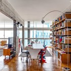 Мебель в стиле середины 20-го века отлично сочетается с голым бетонок.