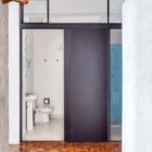 Сдвижные двери в ванну и туалет экономят место. (брутализм,индустриальный,лофт,винтаж,стиль лофт,индустриальный стиль,1950-70е,середина 20-го века,интерьер,дизайн интерьера,мебель,архитектура,дизайн,экстерьер,квартиры,апартаменты,ванна,санузел,душ,туалет,дизайн ванной,интерьер ванной,сантехника,кафель)