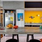 Желтый цвет отлично сочетается с серым цветом бетона на кухне и в других частях квартиры.