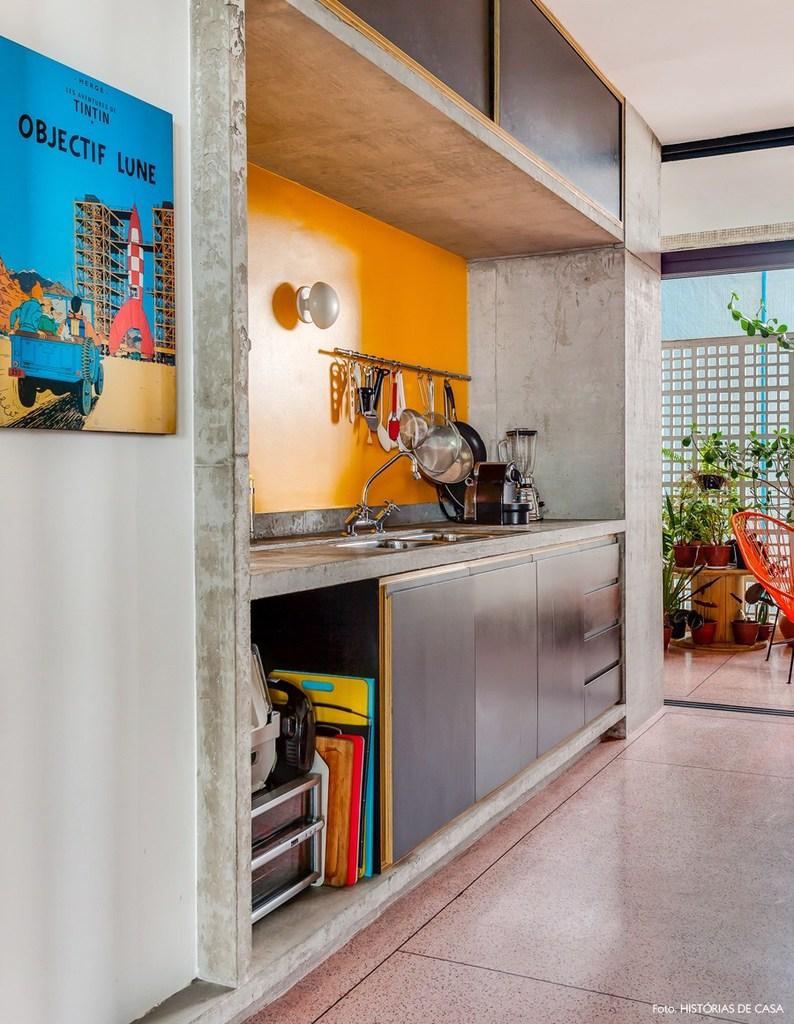 Балкон находится рядом с кухней, что позволяет обедать на свежем воздухе.