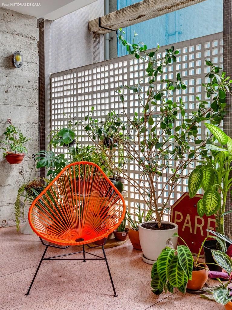 Бетонный сетчатый экран защищает балкон от солнца и добавляет приватности, однако свободно пропускает свежий воздух.