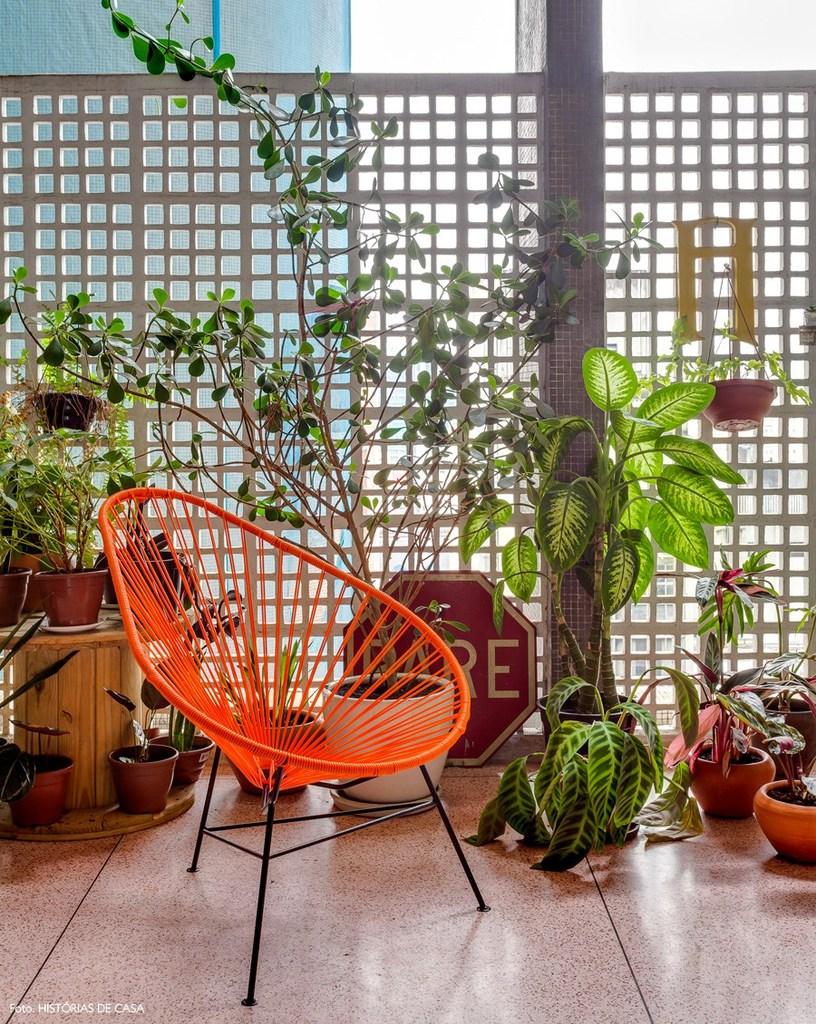 Хозяйка заполнила балкон зелеными растениями, которые оживили пространство.