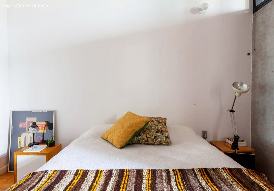 Хозяйская спальня выдержана в общем стиле квартиры.
