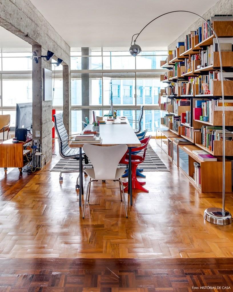 Очень светлый домашний офис, благодаря большой площади остекления.