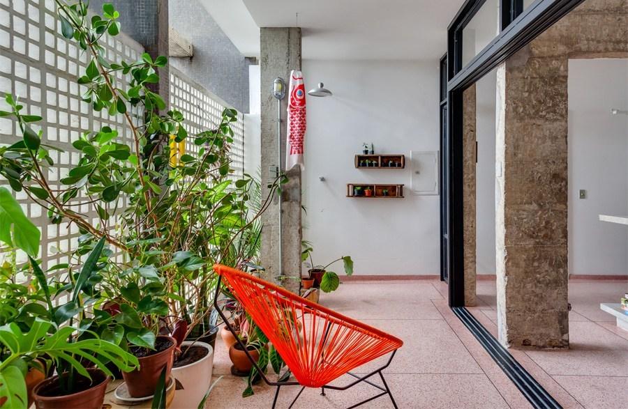 Просторный балкон находится прямо рядом с кухней и отделен от нее стеклянными сдвижными дверьми.