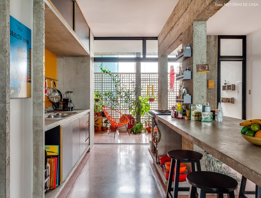 С открытой сдвижной стеклянной перегородкой балкон фактически становится частью кухни.