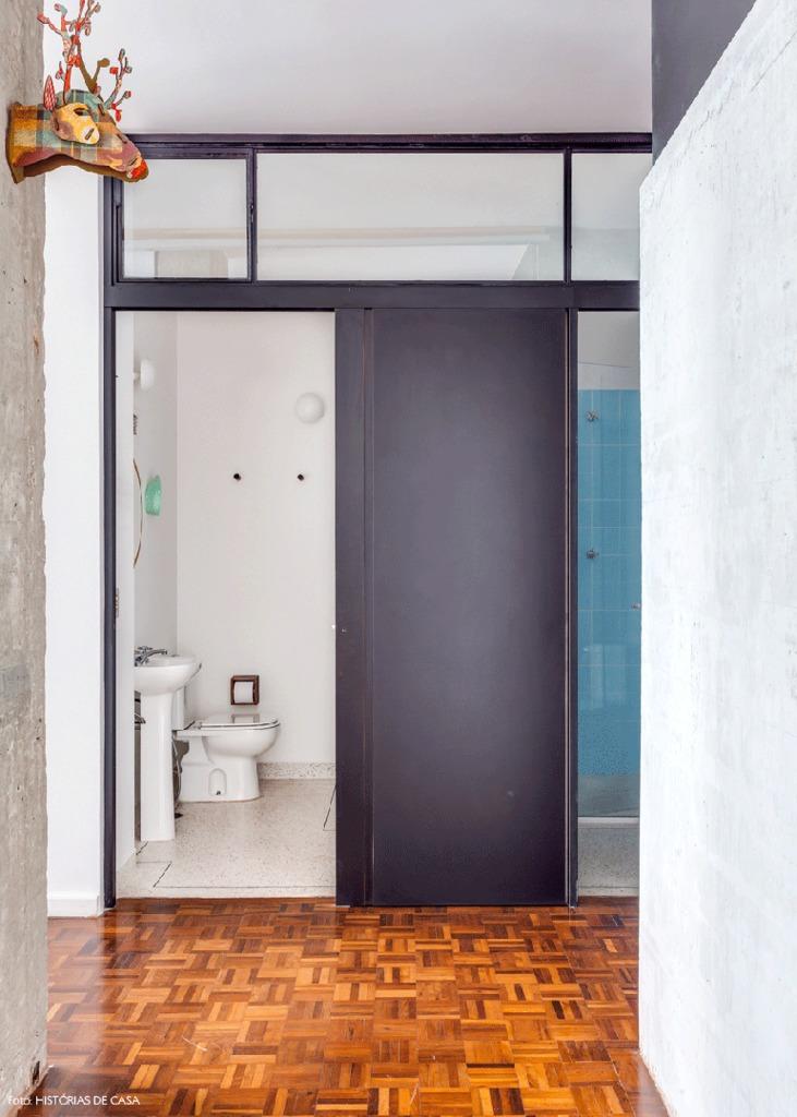 Сдвижные двери в ванну и туалет экономят место.