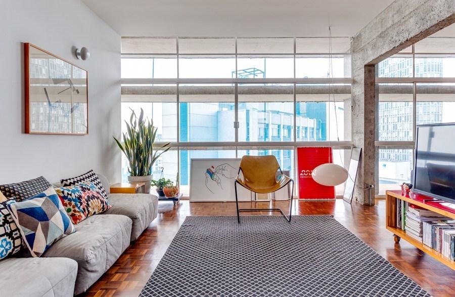В гостиной, как и кабинете, одна стена полностью остеклена. Бетонные козырьки с внешней стороны очень эффективно защищают от солнца.