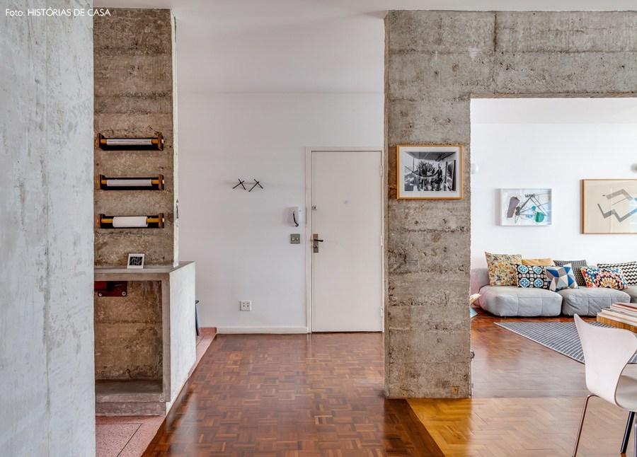 В квартире минимум перегородок и дверей, поэтому прихожая открывается в гостиную, кабинет и кухню.