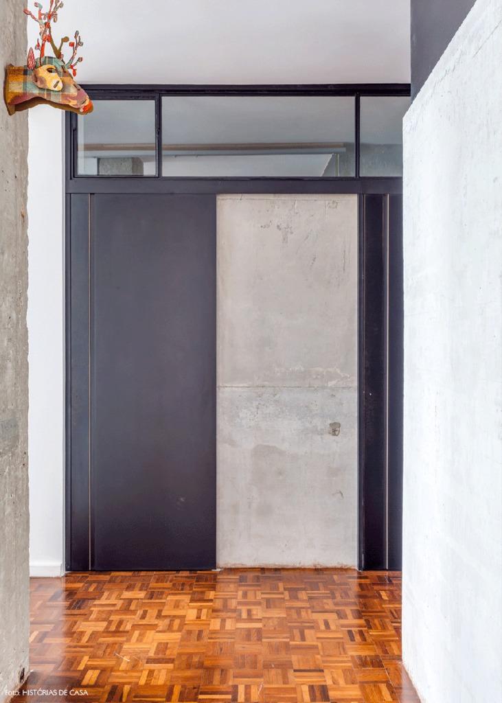 Закрытые двери в ванну. Остекленная перегородка над дверьми пропускает много света.