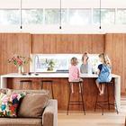 Пристроенная кухня с кухонным островом и окнами под крышей. (1950-70е,середина 20-го века,архитектура,дизайн,экстерьер,интерьер,дизайн интерьера,мебель,кухня,дизайн кухни,интерьер кухни,кухонная мебель,мебель для кухни,столовая,дизайн столовой,интерьер столовой,мебель для столовой,гостиная,дизайн гостиной,интерьер гостиной,мебель для гостиной)