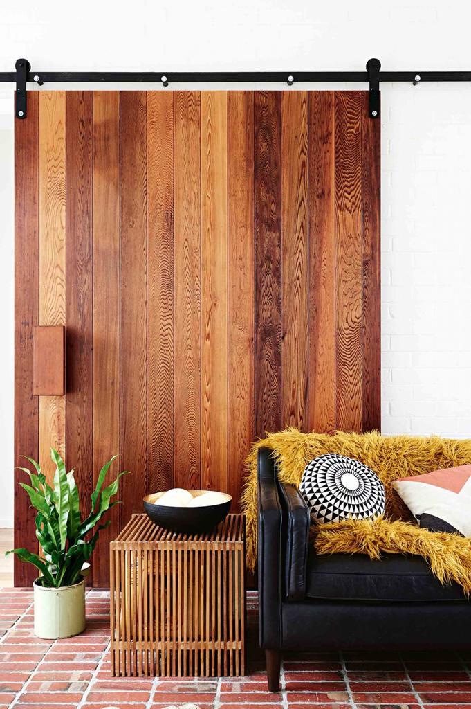 Жилая комната рядом со студией и кабинетом. Отличная сдвижная деревянная дверь.