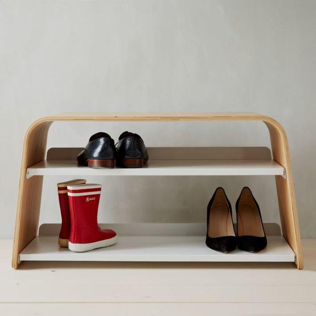 Элегантная скамейка из гнутой фанеры с выдвижными стальными полками для обуви