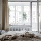 Через лоджию и большие окна в спальню попадает много света. (индустриальный,лофт,винтаж,стиль лофт,индустриальный стиль,квартиры,апартаменты,мебель,интерьер,дизайн интерьера,спальня,дизайн спальни,интерьер спальни)