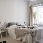 Главная спальня в сдержанных пастельных тонах.