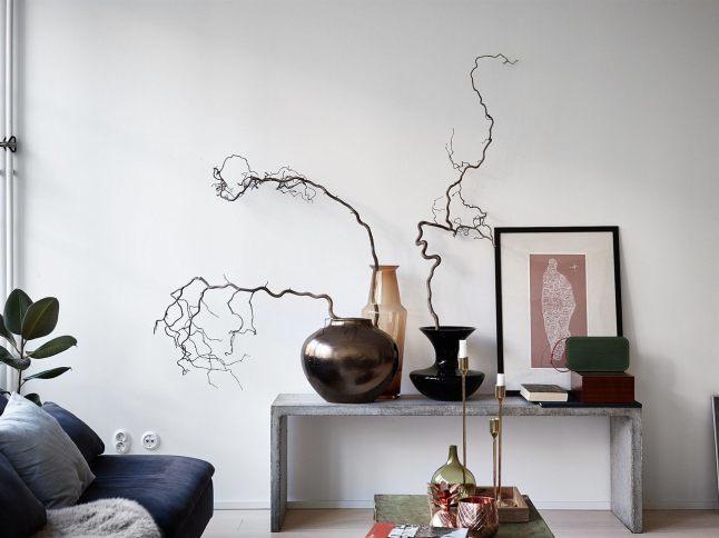 Бетонная скамейка в качестве полки для ваз и картин отлично дополняет интерьер в стиле лофт.