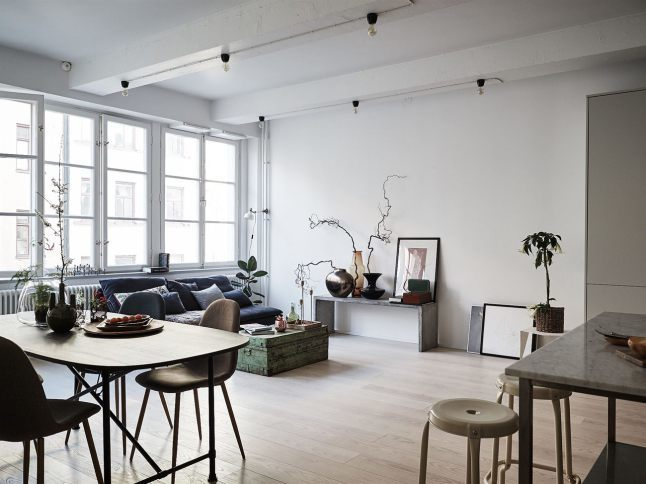 Большая и светлая жилая комната объединяет в себе гостиную, столовую и кухню.