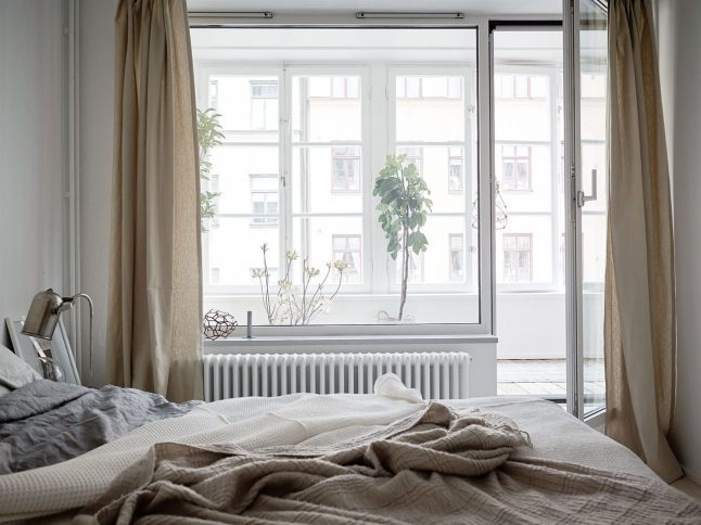 Через лоджию и большие окна в спальню попадает много света.