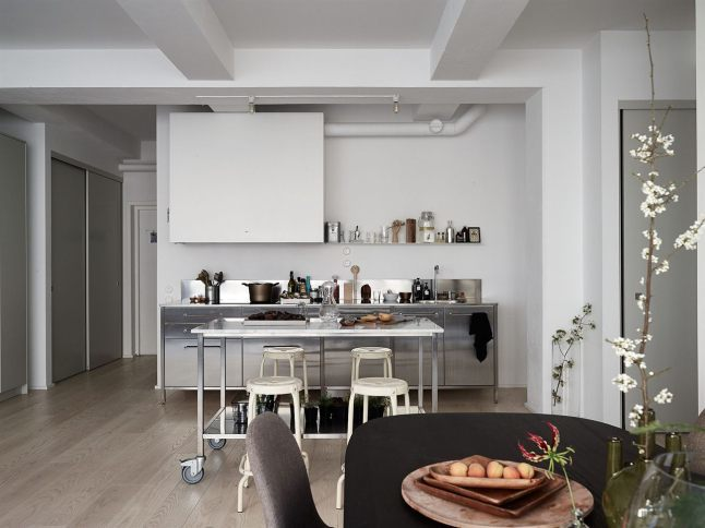 Фото кухни со стороны обеденного стола.