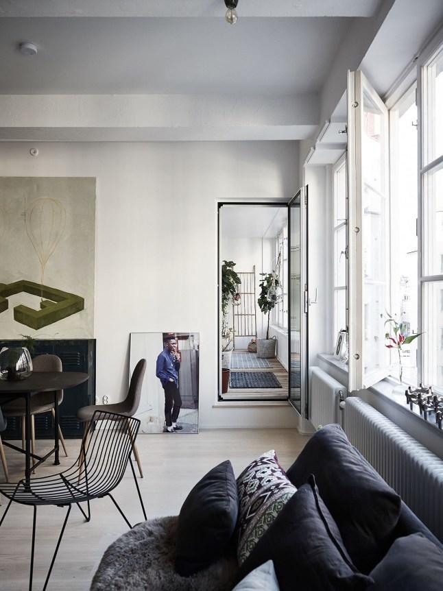 Гостиная, картины на полу и выход в небольшой зимний сад.