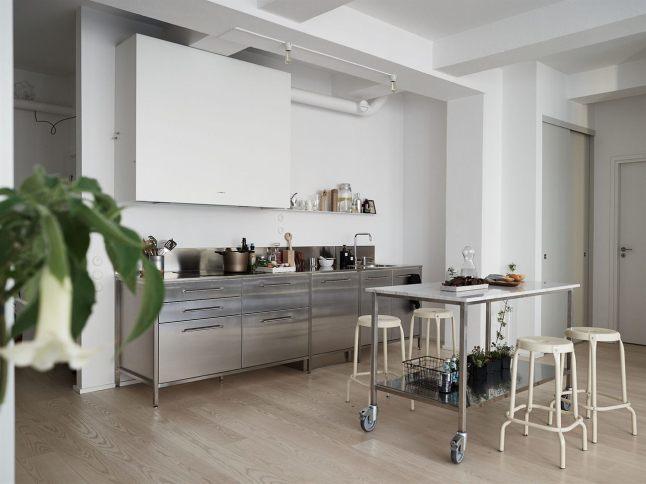 Кухня из нержавейки являющаяся частью жилой комнаты пожалуй самое интересное место в квартире.