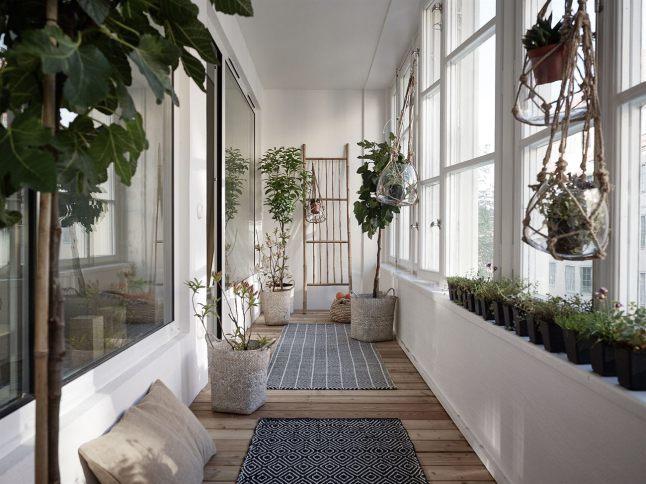 Лоджия/зимний сад позволяет пройти к главной спальне.